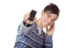 Musica d'ascolto mp3 del giovane adolescente maschio bello Immagini Stock Libere da Diritti