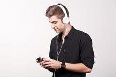 Musica d'ascolto sul telefono astuto Fotografie Stock