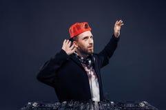Musica del gioco dell'uomo sul miscelatore del DJ Colpo dello studio Fotografie Stock