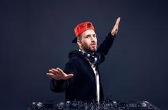 Musica del gioco dell'uomo sul miscelatore del DJ Colpo dello studio Fotografia Stock Libera da Diritti
