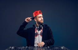 Musica del gioco dell'uomo sul miscelatore del DJ Colpo dello studio Immagini Stock Libere da Diritti