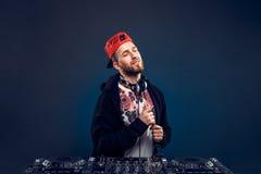 Musica del gioco dell'uomo sul miscelatore del DJ Colpo dello studio Immagine Stock Libera da Diritti