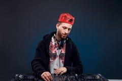 Musica del gioco dell'uomo sul miscelatore del DJ Colpo dello studio Fotografia Stock