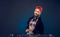 Musica del gioco dell'uomo sul miscelatore del DJ Colpo dello studio Immagini Stock