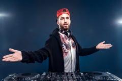 Musica del gioco dell'uomo sul miscelatore del DJ Colpo dello studio luce Immagine Stock Libera da Diritti