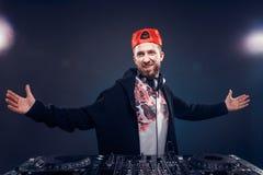 Musica del gioco dell'uomo sul miscelatore del DJ Colpo dello studio luce Fotografia Stock Libera da Diritti