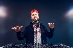 Musica del gioco dell'uomo sul miscelatore del DJ Colpo dello studio luce Fotografie Stock