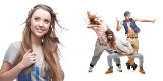 Musica della giovane donna e gruppo d'ascolto di ballerini su fondo Fotografie Stock Libere da Diritti