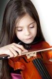 Musica di dalla di rapita di violino dell'IL di suona del che di Bambina   Fotografie Stock