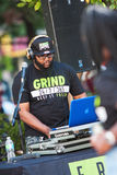 Musica di Deejay Uses Electronics To Play al festival hip-hop Fotografia Stock Libera da Diritti