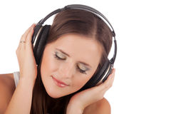 Musica di godimento della giovane donna in cuffie Immagine Stock Libera da Diritti