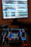 Musica di miscelazione in audio studio domestico Fotografia Stock