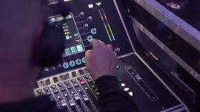 Musica di miscelazione del DJ durante il partito di discoteca Ballo, musica, di notte concetto fuori archivi video