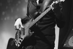 Musica di rock-and-roll, primo piano del giocatore di basso elettrico Fotografia Stock Libera da Diritti