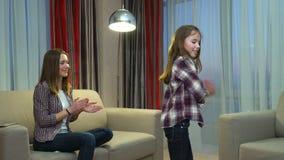 Musica di svago della famiglia che balla infanzia allegra stock footage