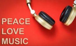Musica dorata di amore di pace del testo della cuffia di musica fotografie stock libere da diritti