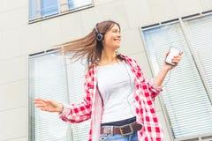 Musica e ballare d'ascolto della giovane donna Immagini Stock Libere da Diritti