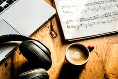 Musica e caffè su un pomeriggio soleggiato Fotografia Stock