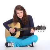 Musica graziosa della ragazza dell'adolescente sulla chitarra acustica Fotografie Stock Libere da Diritti