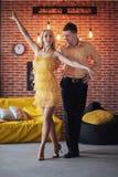 Musica latina ballante delle giovani coppie: Bachata, merengue, salsa Posa di eleganza due sul caffè con i mura di mattoni immagine stock