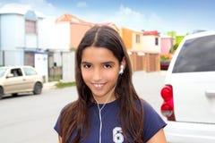 Musica latina ispanica dei trasduttori auricolari della ragazza dell'adolescente Fotografia Stock Libera da Diritti