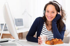 Musica listenning del giovane studente attraente mentre mangiando Fotografie Stock Libere da Diritti