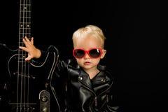 Musica per ognuno Piccolo fan della musica adorabile Piccolo musicista Stella di Little Rock Ragazzo del bambino con la chitarra  fotografie stock libere da diritti