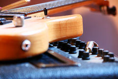 Musica rock, chitarra elettrica, ampère, azzurri fotografia stock libera da diritti