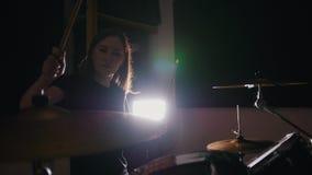 Musica rock teenager - il batterista precipitantesi appassionato della percussione della ragazza esegue la musica riparte archivi video