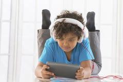 Musica, tecnologia, la gente e concetto di svago con fotografia stock libera da diritti