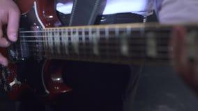 Musica Vista delle mani del ` s del chitarrista mentre lui che gioca archivi video