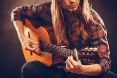 年轻musican实践与吉他 库存图片