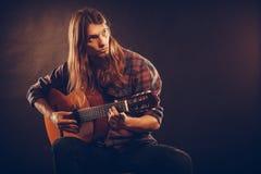 年轻musican实践与吉他 库存照片