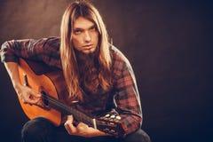 年轻musican实践与吉他 免版税库存图片