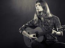 年轻musican实践与吉他 免版税图库摄影