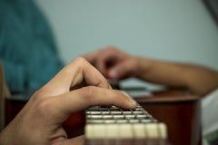 Musican som spelar en akustisk gitarr Arkivbild