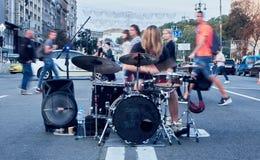 Musican straat en zijn prestaties met trommels stock afbeeldingen