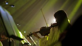 Musicant spelar fiolen lager videofilmer