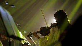 Musicant toca el violín almacen de metraje de vídeo