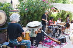 Musicband en el mercado del Hippie de Punta Arabi Foto de archivo