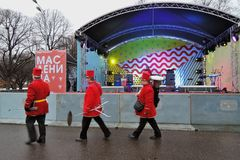 Musici de viering bij van Shrovetide (Pannekoekweek) in Moskou Royalty-vrije Stock Foto's