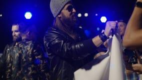 Musici die autographs geven aan ventilators stock videobeelden