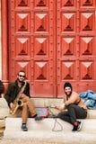 Musici die bij de deur van Convento do Carmo in Lissabon rusten stock fotografie