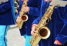 Musici die de saxofoon wachten te spelen Royalty-vrije Stock Afbeeldingen