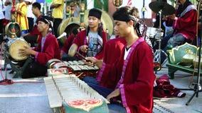 Musici die gamelan instrumenten spelen stock videobeelden