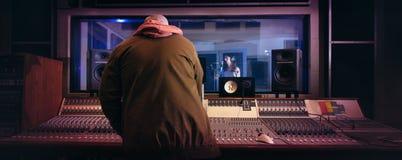 Musici die muziek in professionele opnamestudio veroorzaken royalty-vrije stock fotografie