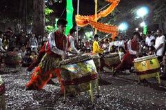Musici die op trommels tijdens het Maannieuwjaar van Tet in Saig spelen Royalty-vrije Stock Foto's