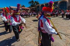 Musici en dansers in de Peruviaanse Andes bij Royalty-vrije Stock Foto's