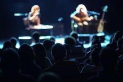 Musici op het stadium en de partij van publiek royalty-vrije stock afbeeldingen