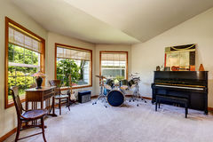 Musician& x27 εσωτερικό δωματίων του s με το σύνολο, τις κιθάρες και το πιάνο τυμπάνων Στοκ εικόνα με δικαίωμα ελεύθερης χρήσης